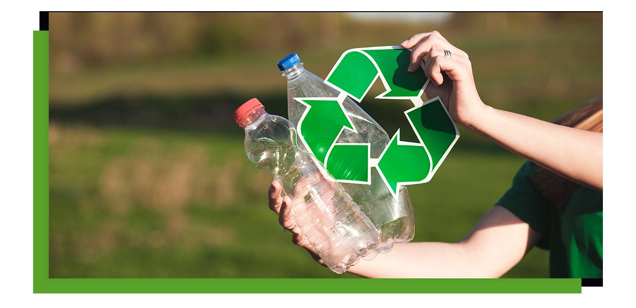 Aparece una mujer sosteniendo 2 botellas de plástico y un icono de reciclaje
